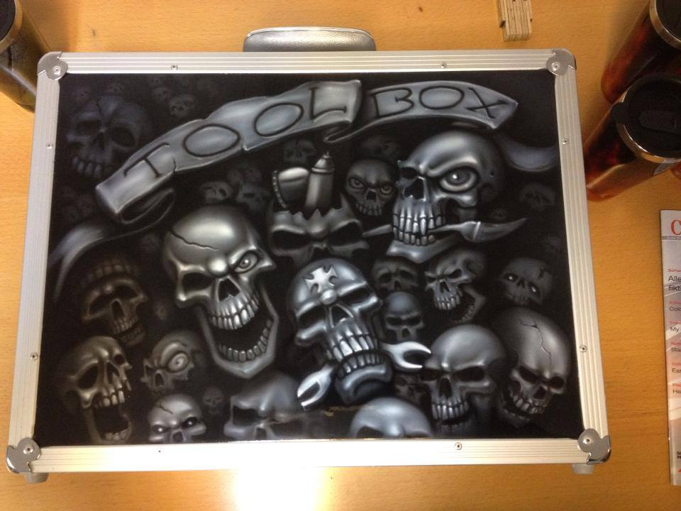 Skull Airbrush auf einem Harley Koffer lackiert von Daniel Schubert aus Paderborn NRW