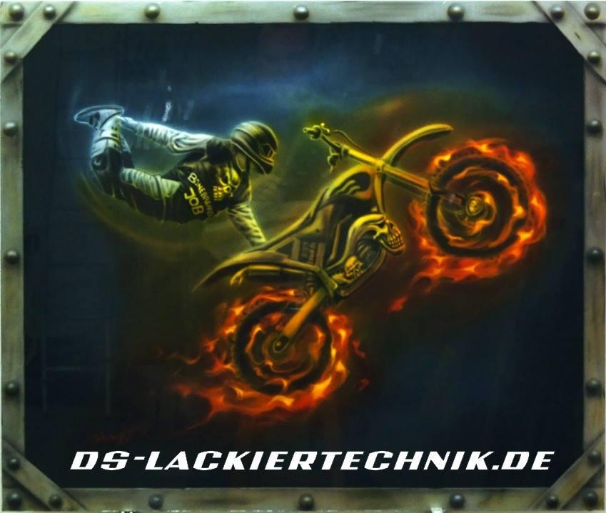 Motocross Stuntman gemalt mit der Airbrushpistole