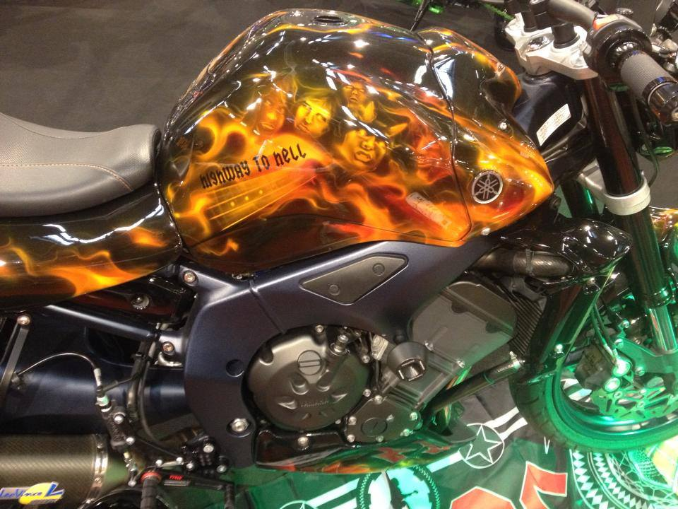 Streetfighter Bike mit ACDC Flammen Airbrushlackierung auf der Custombike Messe Bad Salzuffelen