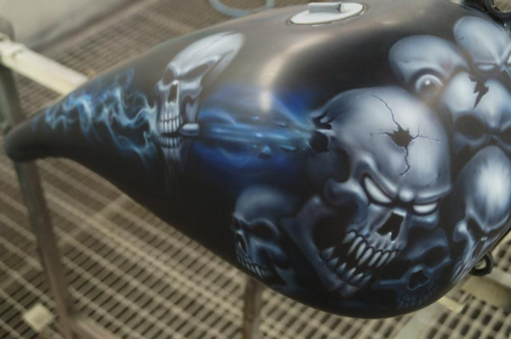 Skull Airbrush auf einem Harley Tank lackiert von Daniel Schubert aus Paderborn NRW